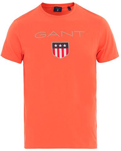 GANT Shield Tee Strong Coral i gruppen Kläder / T-Shirts / Kortärmade t-shirts hos Care of Carl (14705211r)