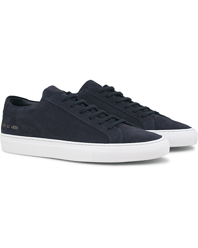Common Projects Achilles Sneakers Navy Suede i gruppen Skor / Sneakers / Låga sneakers hos Care of Carl (14840811r)