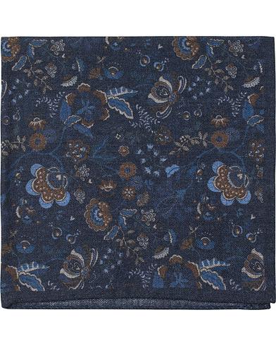 Amanda Christensen Wool Printed Flower Pocket Square Navy  i gruppen Assesoarer / Lommetørklær hos Care of Carl (14984610)