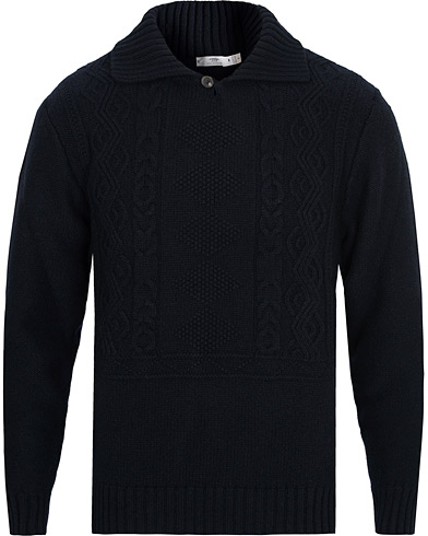 Inis Meáin Sean Óg Merino Wool High Collar Sweater Dark Navy i gruppen Kläder / Tröjor / Stickade tröjor hos Care of Carl (15084611r)