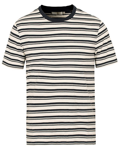 Vince Stripe Crew Neck Tee White/Blue i gruppen Klær / T-Shirts / Kortermede t-shirts hos Care of Carl (15091111r)