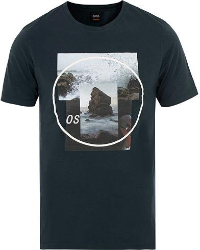 BOSS Casual Tlax 4 Tee Dark Blue i gruppen Klær / T-Shirts / Kortermede t-shirts hos Care of Carl (15155811r)