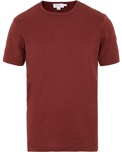 Sunspel Crew Neck Tee Claret Red i gruppen Klær / T-Shirts / Kortermede t-shirts hos Care of Carl (15200411r)