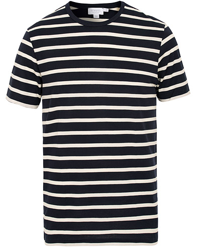 Sunspel Crew Neck Stripe Tee White/Navy i gruppen Klær / T-Shirts / Kortermede t-shirts hos Care of Carl (15200611r)