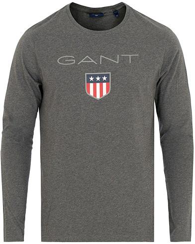 GANT Shield Long Sleeve Tee Charcoal i gruppen Klær / T-Shirts / Langermede t-shirts hos Care of Carl (15212011r)