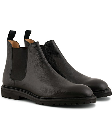Crockett & Jones Chelsea 2 Vibram Cleated Boot Black Grain i gruppen Sko / Støvler / Chelsea boots hos Care of Carl (15240511r)