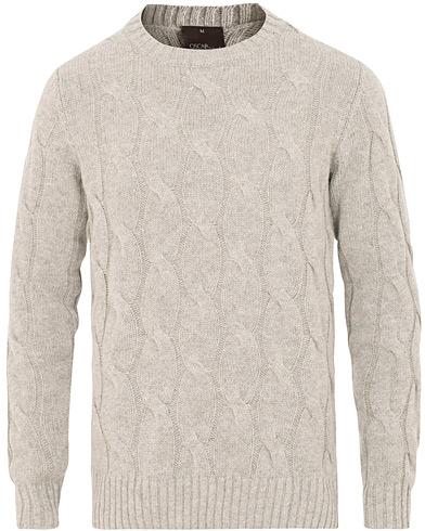 Oscar Jacobson Emanuel Alpaca/Wool Cable Crew Neck Grey i gruppen Klær / Gensere / Strikkede gensere hos Care of Carl (15413511r)