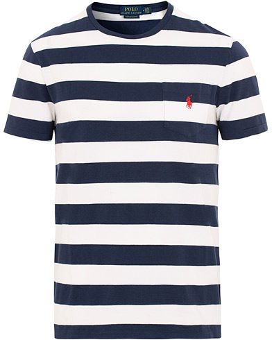 Polo Ralph Lauren Stripe Pocket Crew Neck Tee White/Newport Navy i gruppen Klær / T-Shirts / Kortermede t-shirts hos Care of Carl (15600711r)