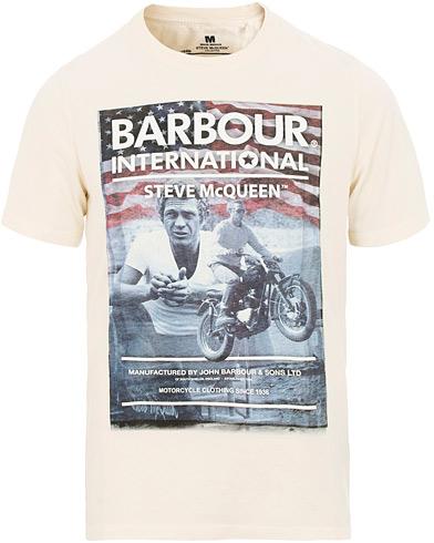 Barbour International Steve McQueen Hero Tee Chalk i gruppen Klær / T-Shirts / Kortermede t-shirts hos Care of Carl (15619111r)