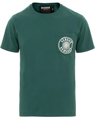 Versus Versace Pocket Logo Tee Dark Green i gruppen Kläder / T-Shirts / Kortärmade t-shirts hos Care of Carl (15627511r)