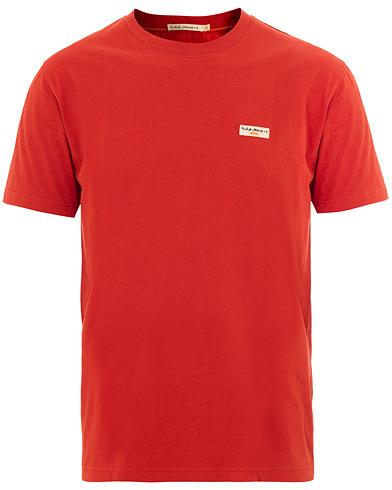 Nudie Jeans Daniel Logo Crew Neck Tee Ketchup Red i gruppen Tøj / T-Shirts / Kortærmede t-shirts hos Care of Carl (15680811r)
