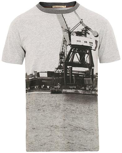 Nudie Jeans Daniel GBG Crew Neck Tee Skyline i gruppen Tøj / T-Shirts / Kortærmede t-shirts hos Care of Carl (15681011r)