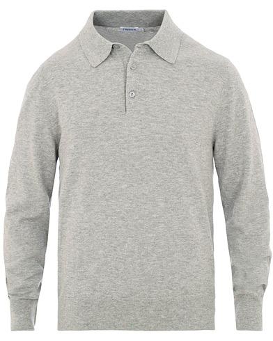 Filippa K Cotton Merino Knitted Poloshirt Light Grey Mel i gruppen Kläder / Pikéer / Långärmade pikéer hos Care of Carl (15681611r)