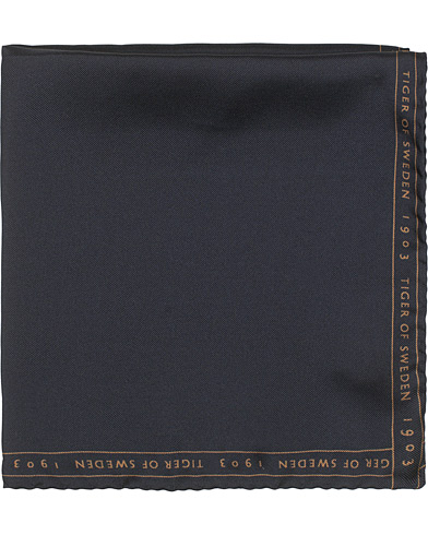 Tiger of Sweden Pent Logo Boarder Pocket Square Navy  i gruppen Assesoarer / Lommetørklær hos Care of Carl (15709310)