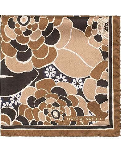 Tiger of Sweden Pas Flower Printed Pocket Square Brown  i gruppen Assesoarer / Lommetørklær hos Care of Carl (15709410)