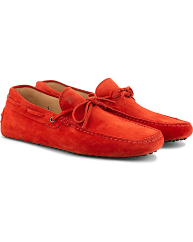 Tod's Laccetto Gommino Carshoe Red Suede i gruppen Skor / Bilskor hos Care of Carl (15765411r)