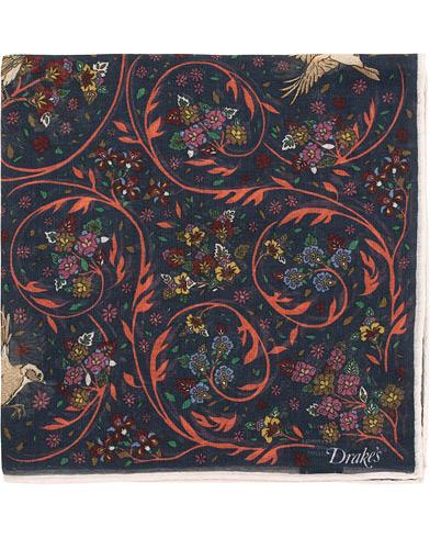 Drake's Cotton/Modal Birds & Flowers Pocket Square Navy  i gruppen Assesoarer / Lommetørklær hos Care of Carl (15773910)